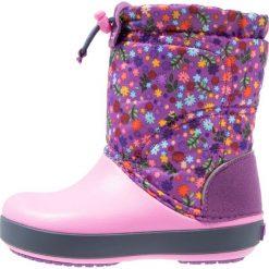 Crocs CROCBAND LODGEPOINT GRAPHIC RELAXED FIT Śniegowce amethyst/party pink. Czarne buty zimowe damskie marki Crocs, z materiału. W wyprzedaży za 142,35 zł.