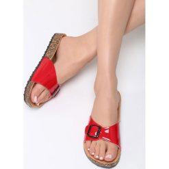 Czerwone Klapki Cherry Plum. Czerwone crocsy damskie Born2be, z lakierowanej skóry, na platformie. Za 59,99 zł.