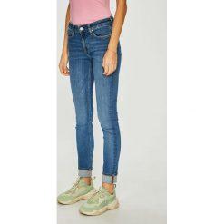Calvin Klein Jeans - Jeansy. Niebieskie jeansy damskie rurki marki Calvin Klein Jeans, z bawełny. Za 449,90 zł.