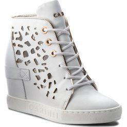 Sneakersy CARINII - B4027/O G34-J16-000-B88. Białe sneakersy damskie Carinii, z materiału. W wyprzedaży za 229,00 zł.