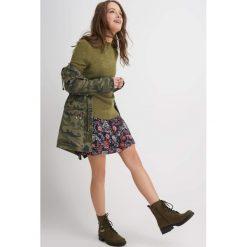 Luźny sweter boucle. Zielone swetry klasyczne damskie marki Orsay, l. W wyprzedaży za 40,00 zł.