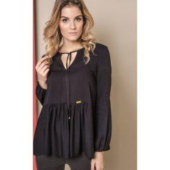 BLUZKA ONE Z SZEROKĄ FALBANĄ CZARNA. Czarne bluzki damskie Yups, uniwersalny, z materiału, z długim rękawem. Za 119,90 zł.