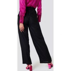 Spodnie z wysokim stanem: Andrea Hedenstedt x NA-KD Spodnie z wysokim stanem i wiązaniem - Black