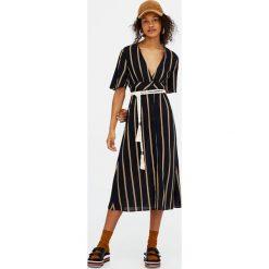 Sukienki: Długa sukienka w paski z dekoltem w serek
