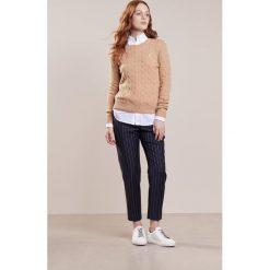 Polo Ralph Lauren JULIANNA Sweter camel melange. Brązowe swetry klasyczne damskie Polo Ralph Lauren, xs, z kaszmiru, polo. Za 589,00 zł.