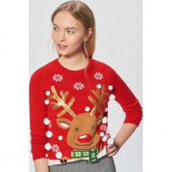 Świąteczny sweter z reniferem - Czerwony. Czerwone swetry klasyczne damskie Cropp, l. Za 89,99 zł.