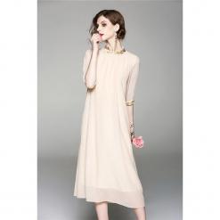 Sukienka w kolorze brzoskwiniowym. Brązowe sukienki marki Zeraco, ze stójką, midi, proste. W wyprzedaży za 319,95 zł.