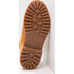 Timberland 6IN PREMIUM EMBOSSED Botki sznurowane wheat. Żółte buty zimowe damskie Timberland, z materiału, na sznurówki. W wyprzedaży za 743,20 zł.