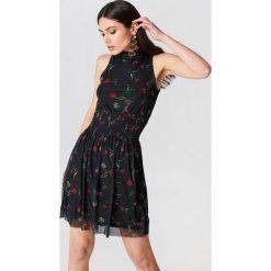 NA-KD Karbowana siateczkowa sukienka - Black,Multicolor. Czarne sukienki na komunię NA-KD, ze stójką. W wyprzedaży za 36,59 zł.