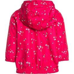 GAP TODDLER GIRL WINDBREAKER Kurtka przeciwdeszczowa summer azalea. Czerwone kurtki dziewczęce przeciwdeszczowe GAP, z materiału. W wyprzedaży za 143,10 zł.