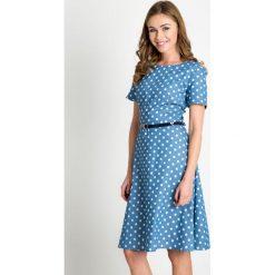 Błękitna rozkloszowana sukienka w groszki QUIOSQUE. Niebieskie sukienki mini marki QUIOSQUE, w grochy, z tkaniny, z dekoltem na plecach, z krótkim rękawem, rozkloszowane. W wyprzedaży za 79,99 zł.