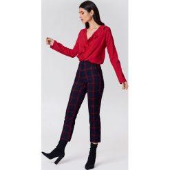 Bluzki damskie: NA-KD Boho Bluzka z asymetryczną falbaną - Red