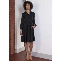 Czarna Sukienka Szmizjerka z Długim Rękawem. Czarne sukienki balowe marki bonprix, do pracy, w paski, moda ciążowa. Za 169,90 zł.