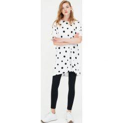 Koszulka sukienka w grochy. Białe t-shirty damskie Pull&Bear, w grochy. Za 39,90 zł.