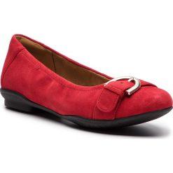Baleriny CLARKS - Neenah Lark 261355655 Red Suede. Czerwone baleriny damskie lakierowane Clarks, z materiału, na płaskiej podeszwie. Za 369,00 zł.