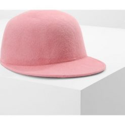 MAX&Co. ADORNARE Czapka z daszkiem rosa. Czerwone czapki damskie MAX&Co., z materiału. W wyprzedaży za 383,20 zł.