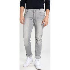 GStar Jeansy Slim Fit tricia grey superstretch. Szare jeansy męskie relaxed fit marki G-Star. W wyprzedaży za 363,35 zł.