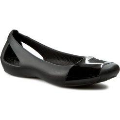 Baleriny CROCS - Sienna Shiny Flat W 203301 Black/Black. Czarne baleriny damskie lakierowane Crocs, z materiału. W wyprzedaży za 139,00 zł.
