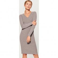 Sukienka z dekoltem w szpic - Szary. Szare sukienki z falbanami marki Mohito, l. Za 139,99 zł.