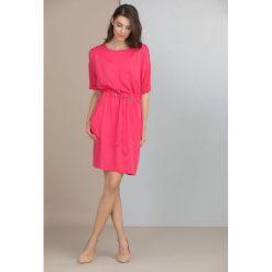 Sukienki: Sukienka z wiązanym paskiem