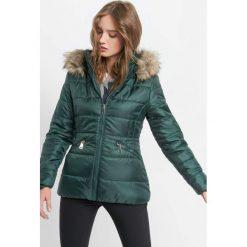 Pikowana kurtka z kapturem. Zielone bomberki damskie Orsay, z poliesteru, z kapturem. Za 169,99 zł.