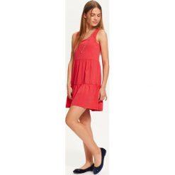 SUKIENKA DAMSKA Z FALBANKAMI, Z CIEKAWYM WIĄZANIEM NA PLECACH. Czerwone sukienki dzianinowe marki Mohito, l, z falbankami. Za 49,99 zł.