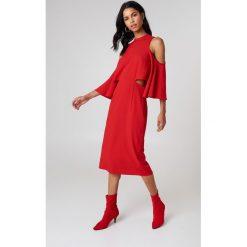 NA-KD Sukienka z wiązaniem na szyi - Red. Czerwone sukienki na komunię NA-KD, midi, z odkrytymi ramionami. W wyprzedaży za 64,78 zł.