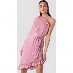 NA-KD Asymetryczna sukienka na jedno ramię - Pink. Szare sukienki asymetryczne marki Mohito, l, z asymetrycznym kołnierzem. W wyprzedaży za 97,17 zł.