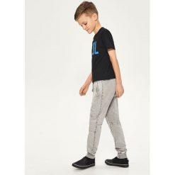 Spodnie dresowe - Jasny szar. Szare chinosy chłopięce Reserved, m, z dresówki. W wyprzedaży za 39,99 zł.