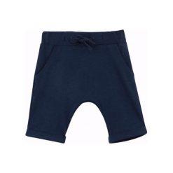 Krótkie spodenki z obniżonym krokiem dla niemowlaka. Szare spodnie niemowlęce Endo. Za 16,50 zł.
