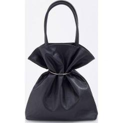 79447a2ec437e Czarne torby damskie na zakupy - Kolekcja wiosna 2019. Torba shopper z  odpinaną klamrą - Czarny.