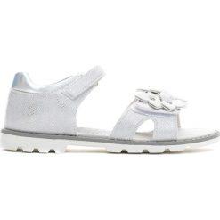 Srebrne Sandały Little Queenie. Szare sandały dziewczęce marki Born2be, z materiału, z otwartym noskiem. Za 44,99 zł.