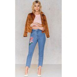 NA-KD Asymetryczne jeansy 7/8 z wysokim stanem i haftem - Blue. Zielone jeansy damskie marki Emilie Briting x NA-KD, l. W wyprzedaży za 101,48 zł.