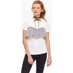T-SHIRT DAMSKI Z CIEKAWĄ APLIKACJĄ W KRATĘ WIĄZANĄ Z TYŁU. Szare t-shirty damskie marki Top Secret, z aplikacjami. Za 24,99 zł.