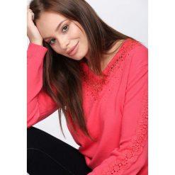 Koralowy Sweter I'm Not Giving Up. Pomarańczowe swetry klasyczne damskie marki Born2be, l, z koronki, z dekoltem w serek. Za 79,99 zł.