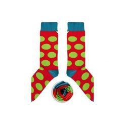 Rubinowe skarpety w zielone grochy. Czerwone skarpetki damskie Cup of sox, w grochy, z bawełny. Za 24,00 zł.