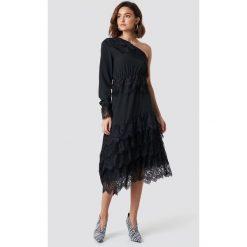 NA-KD Party Asymetryczna sukienka z koronką - Black. Czarne długie sukienki marki NA-KD Party, na imprezę, w koronkowe wzory, z koronki, z asymetrycznym kołnierzem, z długim rękawem, asymetryczne. Za 242,95 zł.