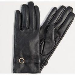 Skórzane rękawiczki z ozdobnym paskiem - Czarny. Czarne rękawiczki damskie Mohito. Za 89,99 zł.