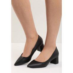 Czarne Czółenka Wide-Eyed. Czarne buty ślubne damskie marki Kazar, ze skóry, na niskim obcasie, na obcasie. Za 59,99 zł.