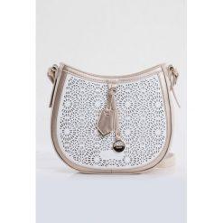 Torebka z ażurowym zdobieniem. Szare torebki klasyczne damskie Monnari, w ażurowe wzory, ze skóry, małe, zdobione. Za 87,60 zł.