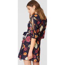 Trendyol Sukienka w kwiaty z rozcięciami - Multicolor,Navy. Brązowe sukienki na komunię marki Mohito, l, z kopertowym dekoltem, kopertowe. W wyprzedaży za 90,98 zł.