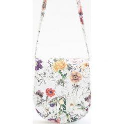 Torebki klasyczne damskie: Torebka w kwiatki z zapięciem na magnes – Biały