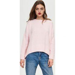 Sweter oversize - Różowy. Czerwone swetry oversize damskie marki 100% Maille, s, ze splotem, z okrągłym kołnierzem. Za 49,99 zł.