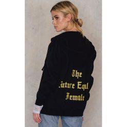 Bluzy polarowe: NA-KD Bluza z kapturem The Future Equals Female - Black