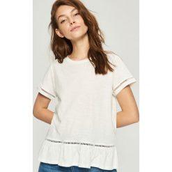 T-shirty damskie: T-shirt z ażurową wstawką – Kremowy