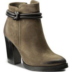Botki CARINII - B4040 I43-E50-POL-B77. Zielone buty zimowe damskie Carinii, z nubiku, na obcasie. W wyprzedaży za 259,00 zł.