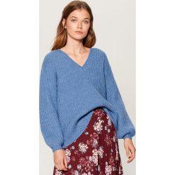 Sweter z bufiastymi rękawami - Niebieski. Niebieskie swetry klasyczne damskie marki Mohito, l. Za 149,99 zł.