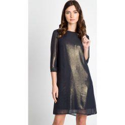 Sukienki balowe: Granatowa sukienka ze złotym połyskiem QUIOSQUE