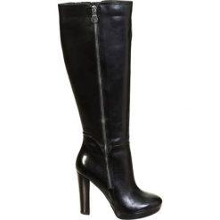 Skórzane kozaki w kolorze czarnym. Czarne buty zimowe damskie marki Kazar, z futra, przed kolano, na wysokim obcasie, na koturnie. W wyprzedaży za 699,95 zł.