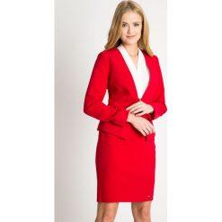 Czerwony żakiet z zapięciem QUIOSQUE. Czerwone marynarki i żakiety damskie marki QUIOSQUE, w kropki, z tkaniny, biznesowe. W wyprzedaży za 79,99 zł.